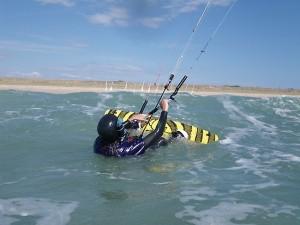 stage kitesurf Quiberon élève débutant waterstart avac planche de kitesurf et aile de kitesurf