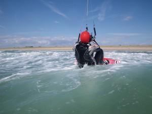 stage kitesurf Quiberon élève débutant ses premières glisses avec la planche de kitesurf et l'aile de kitesurf