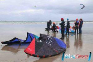 cours kitesurf quiberon. Une séance de kitesurf avec les élèves sur la plage.
