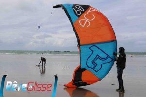 cours kitesurf quiberon séance de kitesurf sur la plage avec bonne brise décollage de l'aile au vent en s'aidant des lignes et de la barre de kitesurf
