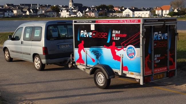 L'école de kite se déplace sur les spots de la Presqu'île de Quiberon à la recherche du meilleur spot.